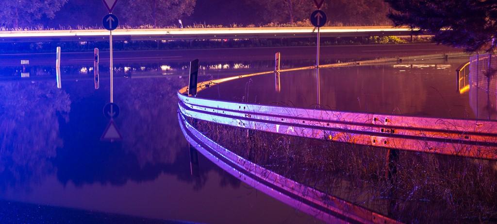 Durch Neckar-Hochwasser überflutete Bundesstrasse B27 in Kirchentellinsfurt